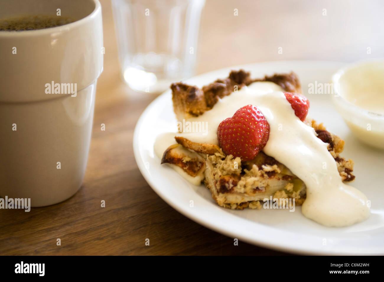 Apple pie with strawberries and vanilla cream - Stock Image