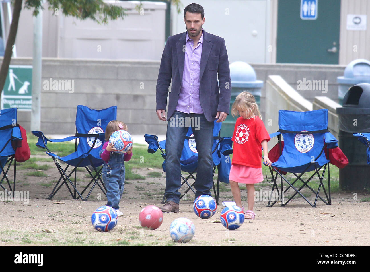 Ben Affleck watches his daughters playing soccer at a Park in Santa Monica Santa Monica, USA - 31.07.10 - Stock Image