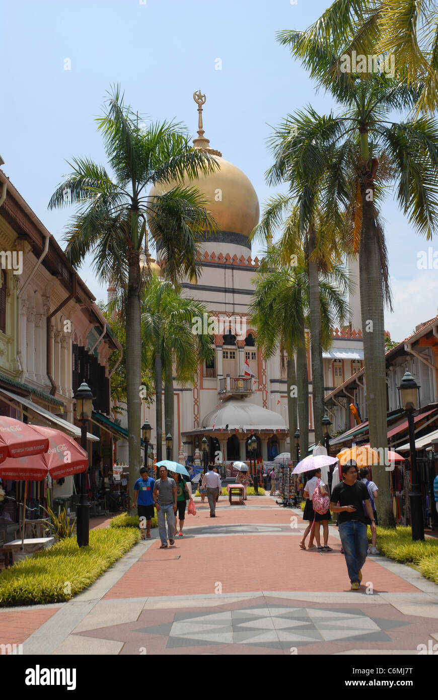 tourists and Masjid Sultan (Sultan Mosque) from pedestrianised Bussorah Street (off Muscat Street) ,Singapore - Stock Image