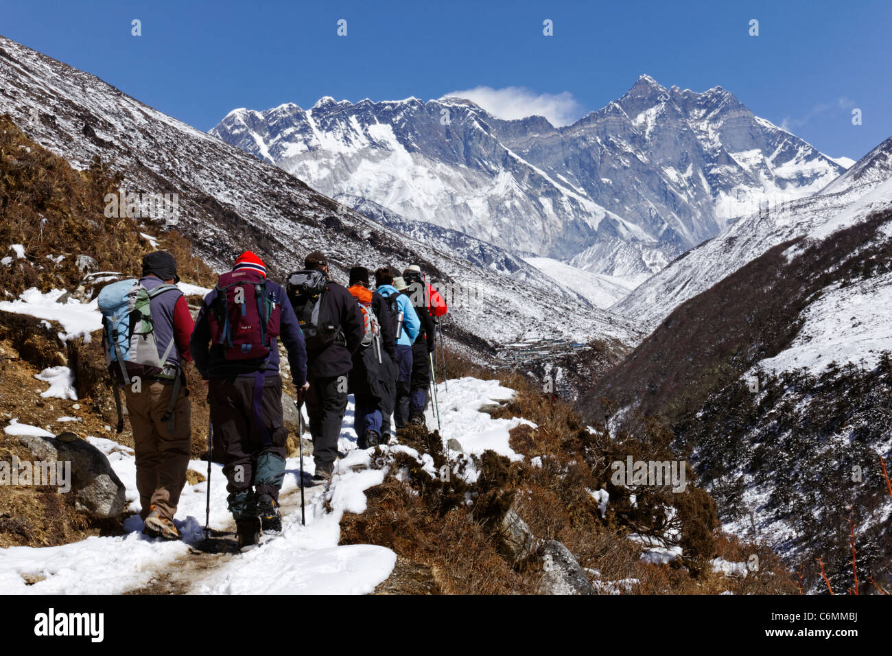 Trekkers walking towards Everest, Everest Region, Nepal - Stock Image