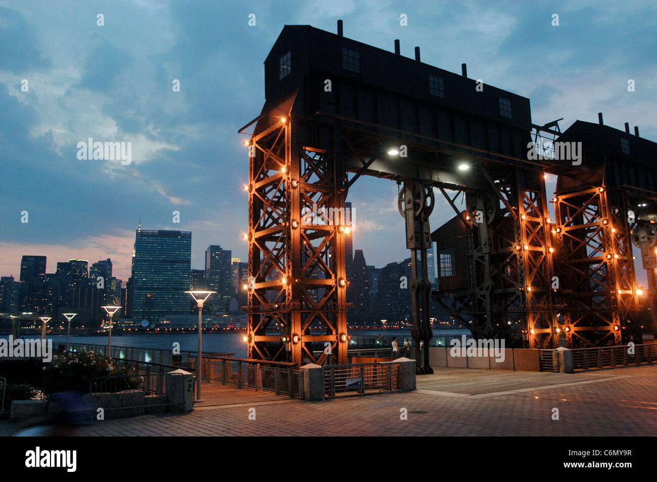 Rail bridge at Gantry State Park, Queens West, New York City - Stock Image