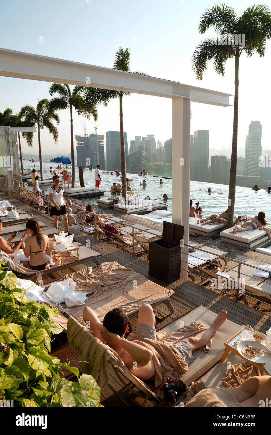 The infinity swimming pool on the skypark, Marina Bay Sands Hotel, Singapore Asia - Stock Image