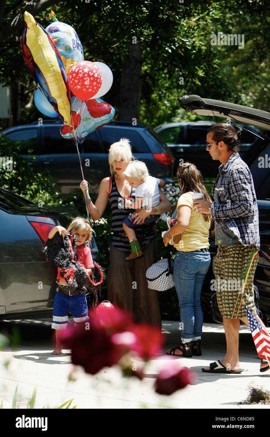 Gwen Stefani Shopping At Party City In Hollywood With Family Holding A Bunch Of Birthday Balloons Los Angeles California