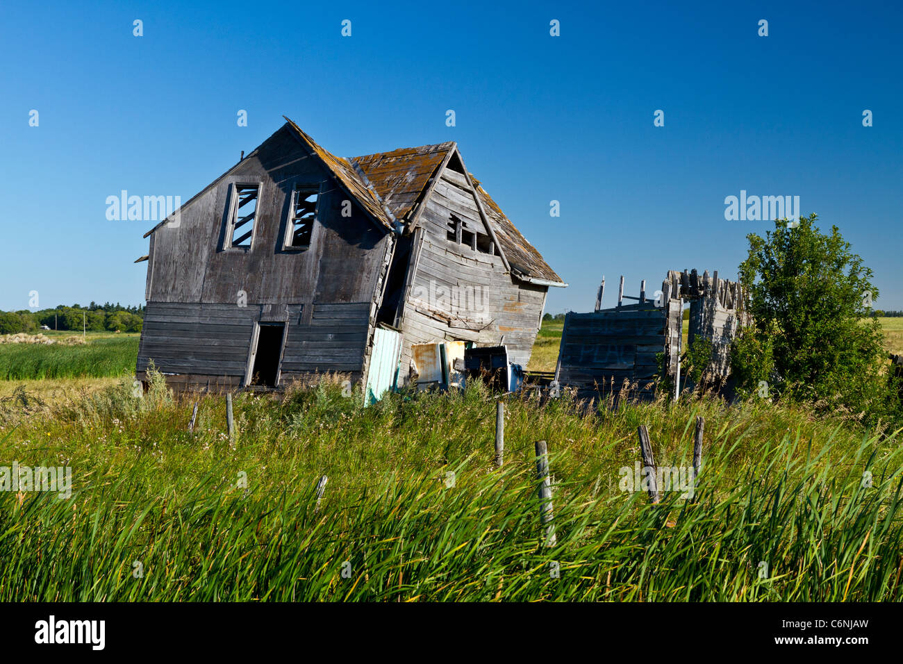 An old house in disrepair in rural western Manitoba, Canada. - Stock Image