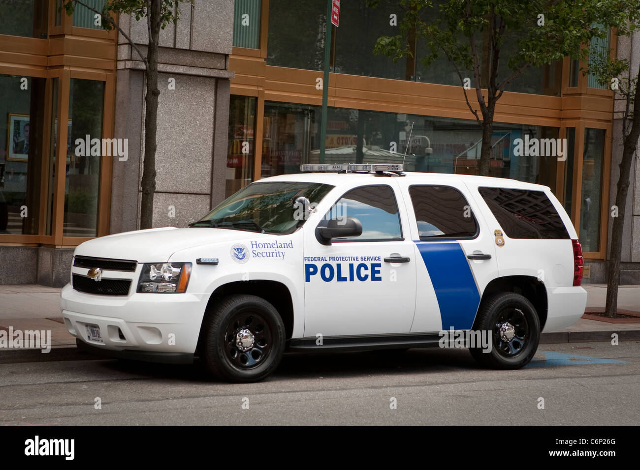A Homeland Security police car of the Federal Protective Service is parked by the Jacob K. Javits Federal Building - Stock Image