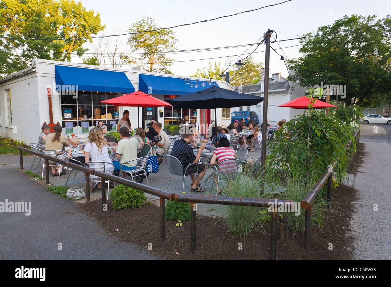 Outdoor restaurant in Woodstock New York - Stock Image