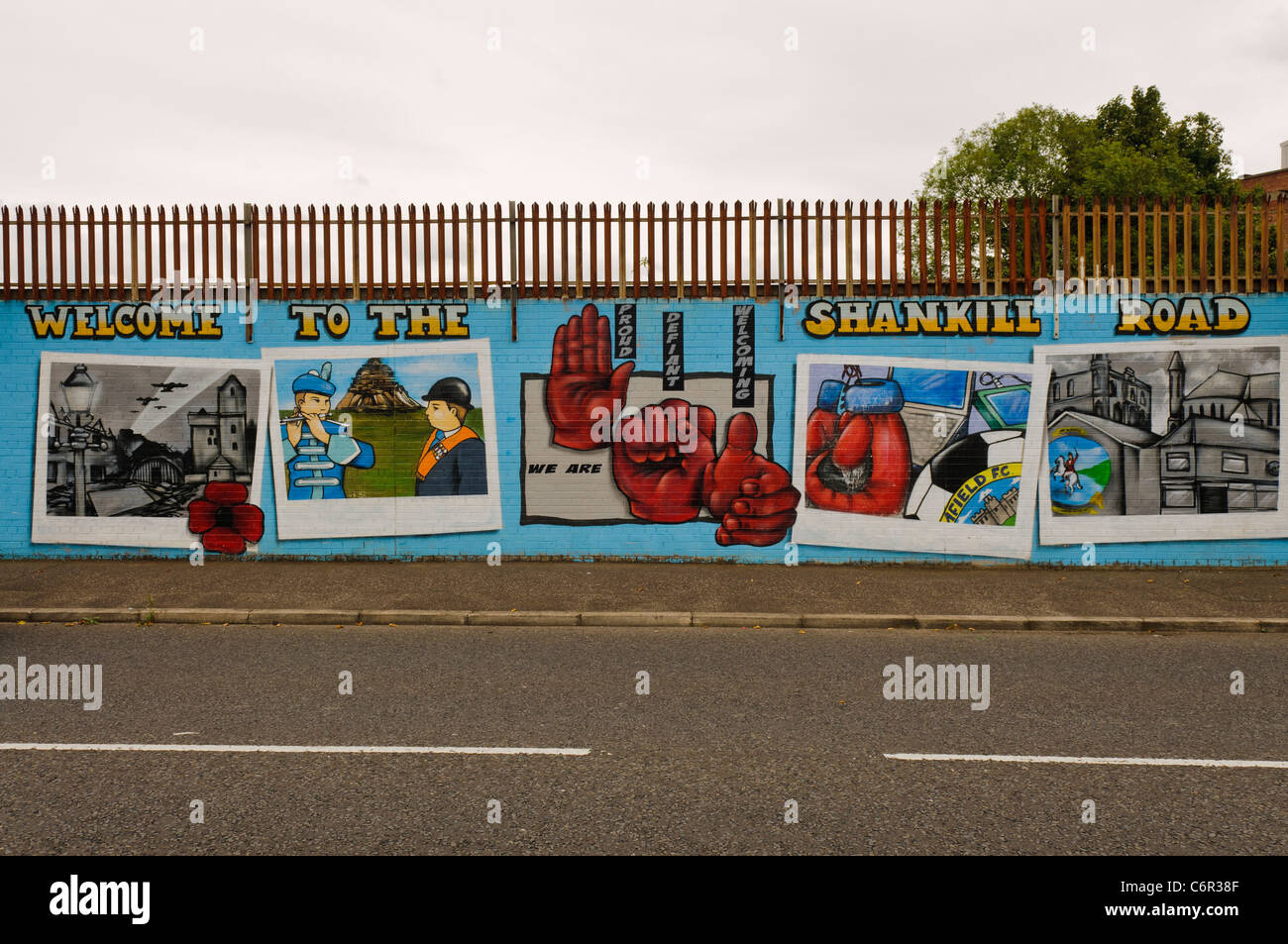 Mural welcoming vistitors to the Shankill Road. 'We are Proud, Defiant, Welcoming' - Stock Image