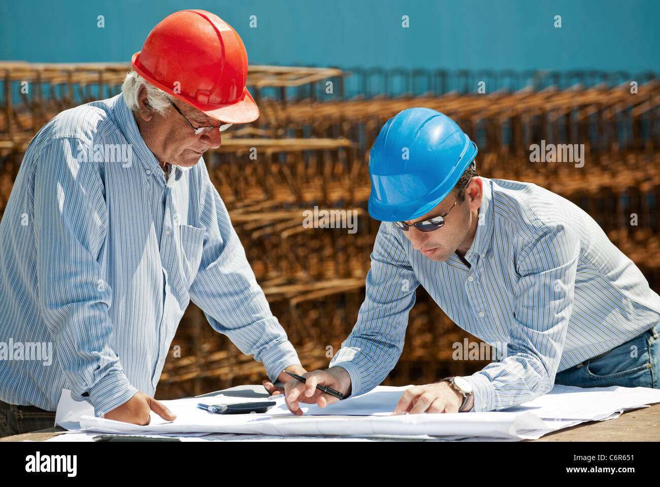 Young engineer and senior foreman - Stock Image