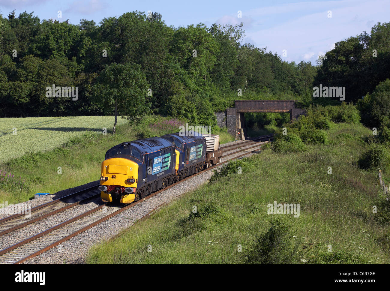 37218 & 37601 'Class 37 -Fifty' head through Croome in Worcestershire with 6V73 04:33 Crewe - Berkeley - Stock Image