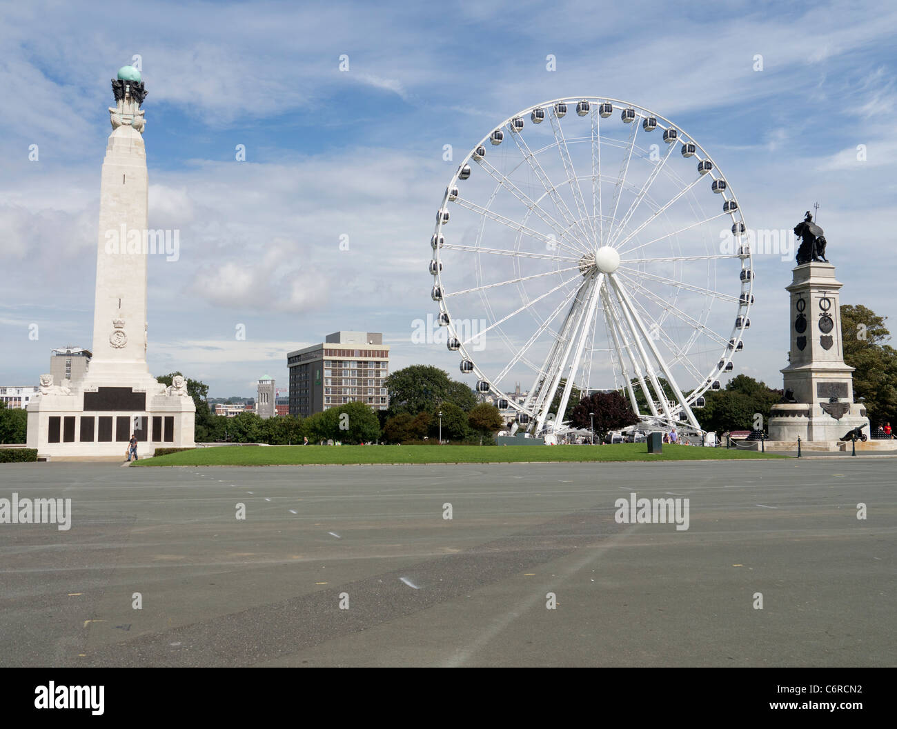 War memorials and the wheel of Plymouth, a 60 meter observation wheel on the Hoe. - Stock Image