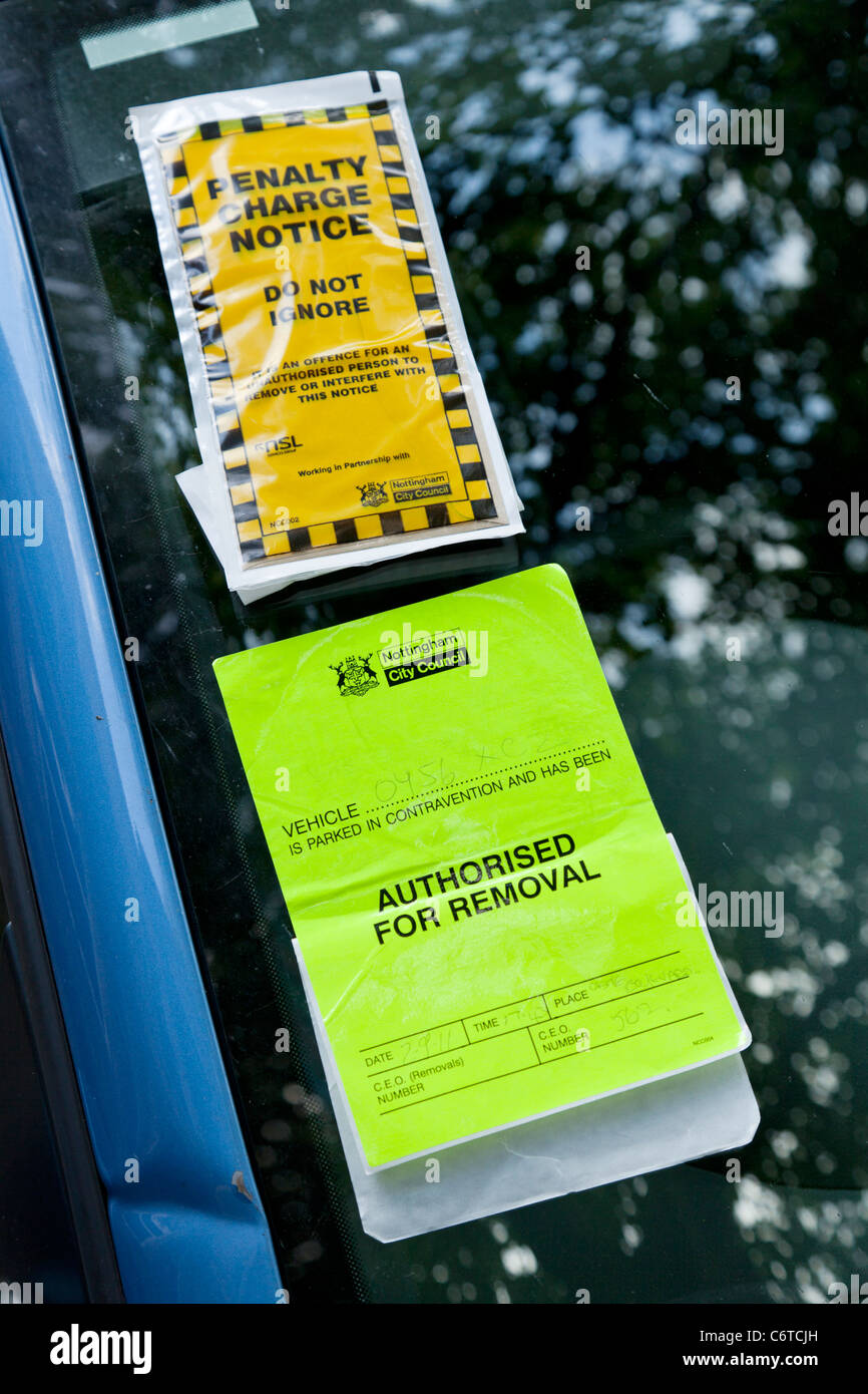 parking ticket on blue car - Stock Image
