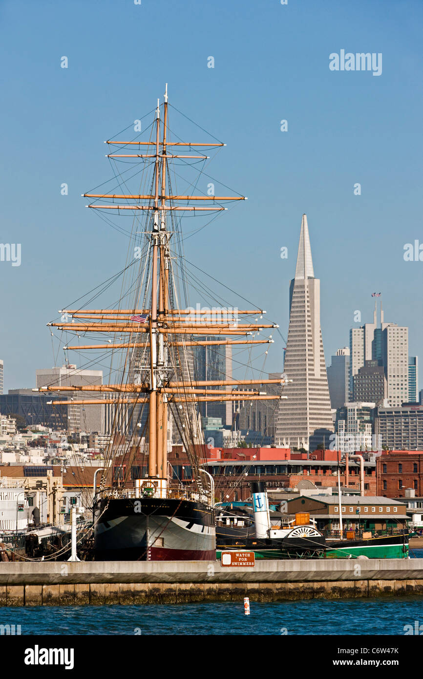 San Francisco skyline from San Francisco Bay with the 1886 'Balclutha' square-rigged sailing ship foreground. - Stock Image