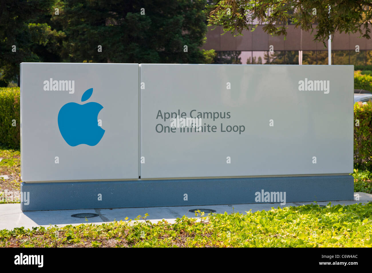 Apple logo outside Apple Incorporated's corporate headquarters at 1-6 Infinite Loop, Cupertino, California, USA. JMH5193 Stock Photo