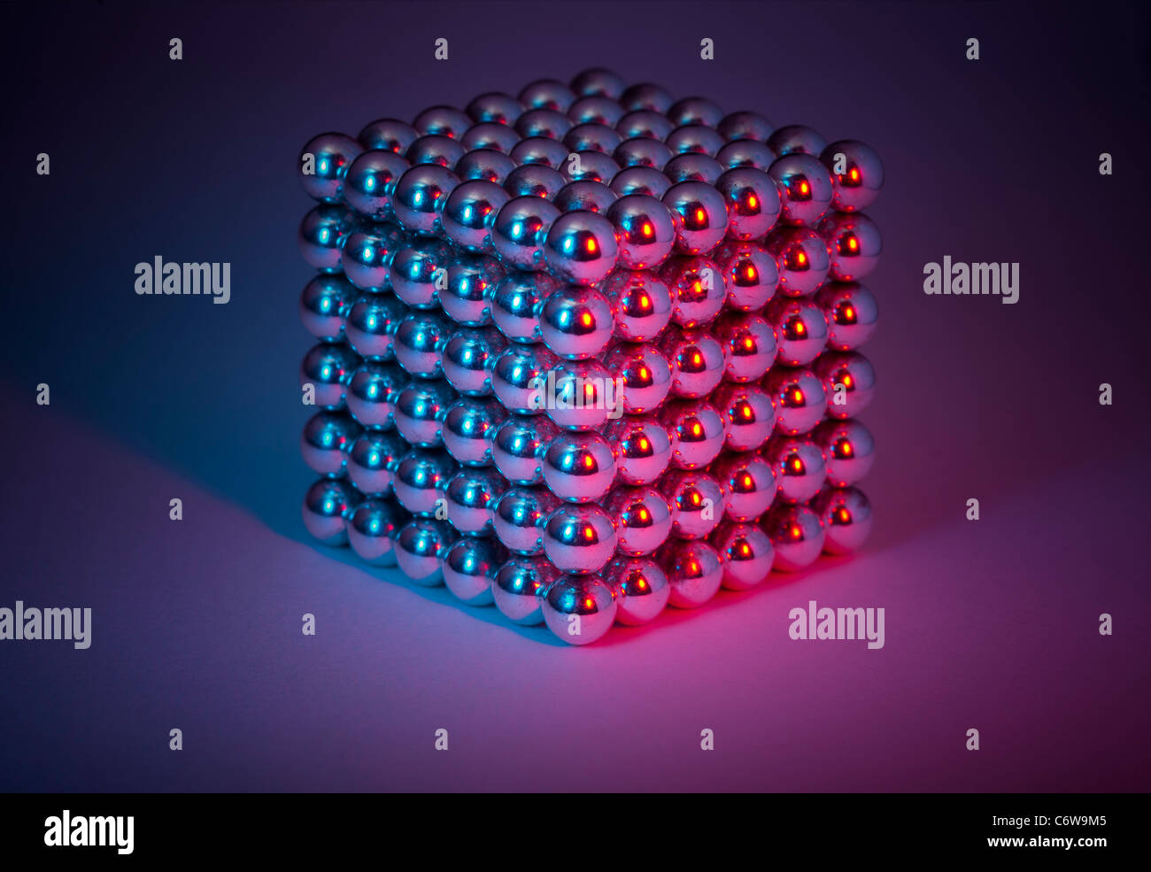 A shot in the studio of a piled up steel ball cube.  Billes d'acier empilées pour former un cube. Prise - Stock Image