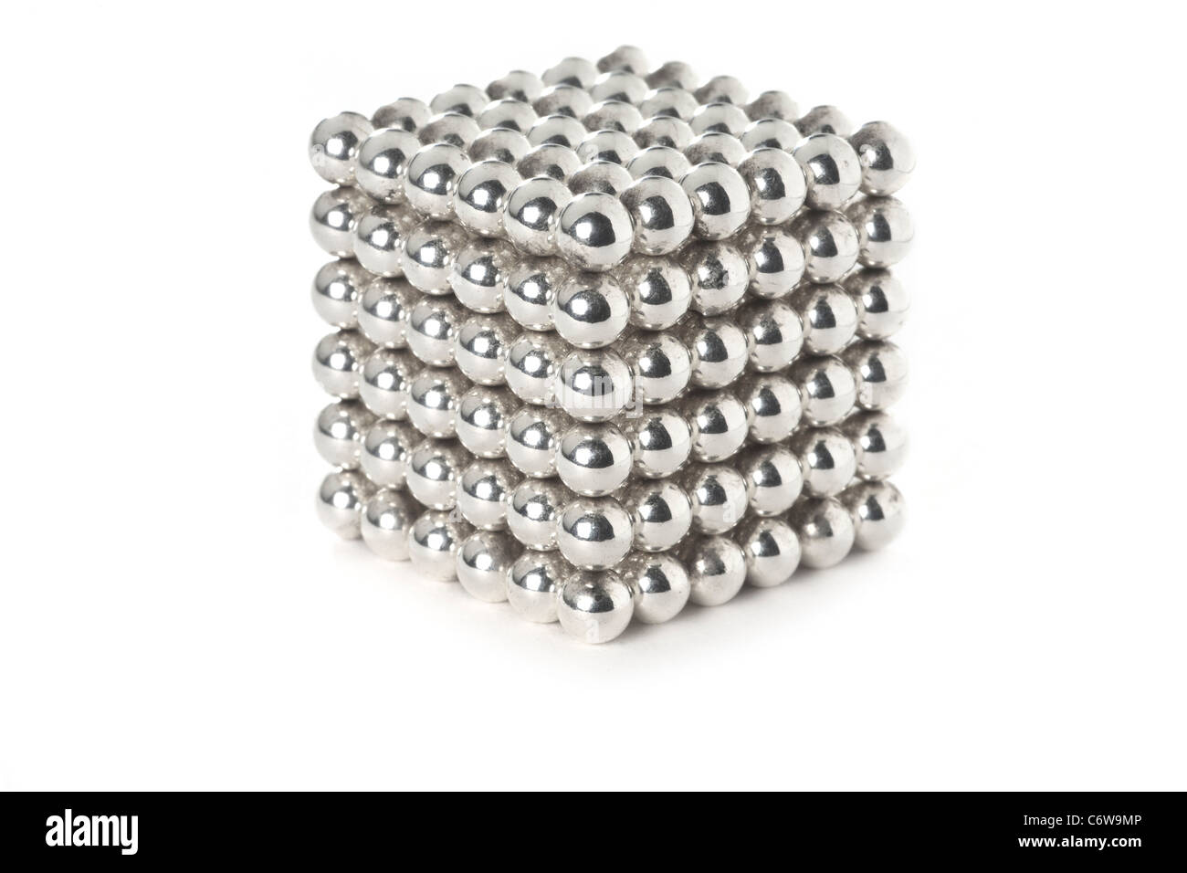 A shot in the studio of a stacked up steel ball cube.  Billes d'acier empilées pour former un cube. Prise - Stock Image