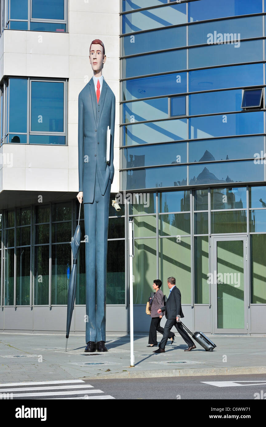 Business persons and sculpture The Long Banker / Langer Baenker in front of the Deka Bank at the Kirchberg plateau, - Stock Image