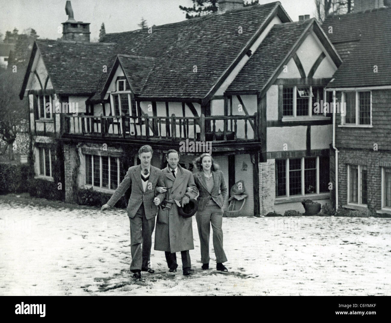 LESLIE HOWARD (1893-1943) English actor with son Ronald and daughter Leslie at 'Stowe Maries', Westcott, - Stock Image