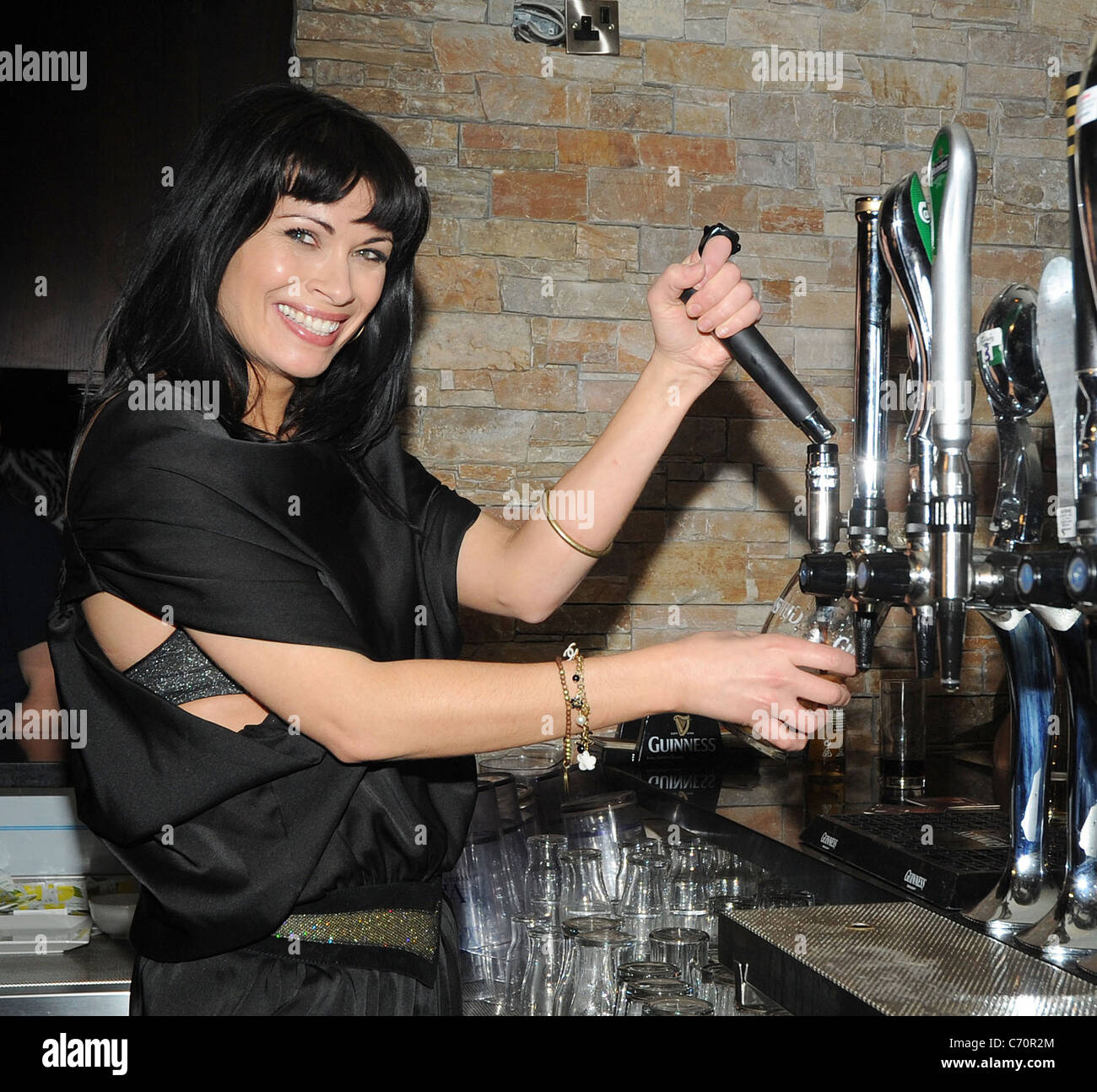 alison-king-pulling-a-pint-of-guinness-at-a-club-in-maynooth-dublin-C70R2M.jpg