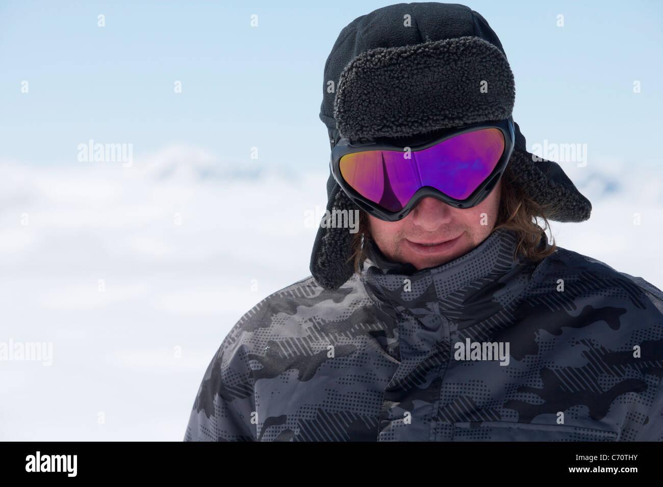 Smiling man wearing ski goggles - Stock Image