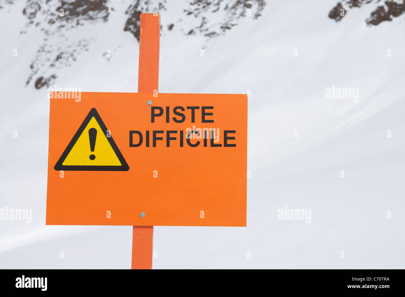 Sign reading 'piste difficile' - Stock Image