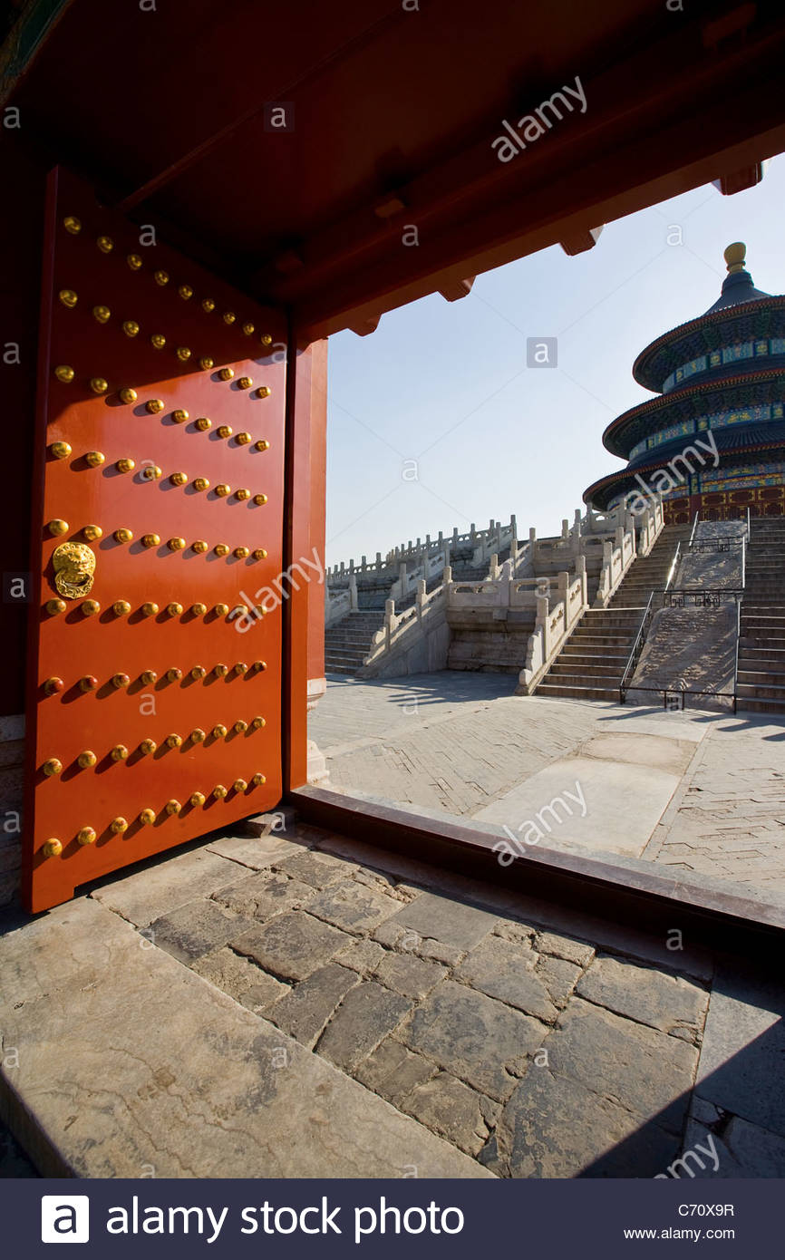 Door of ornate Oriental style building - Stock Image