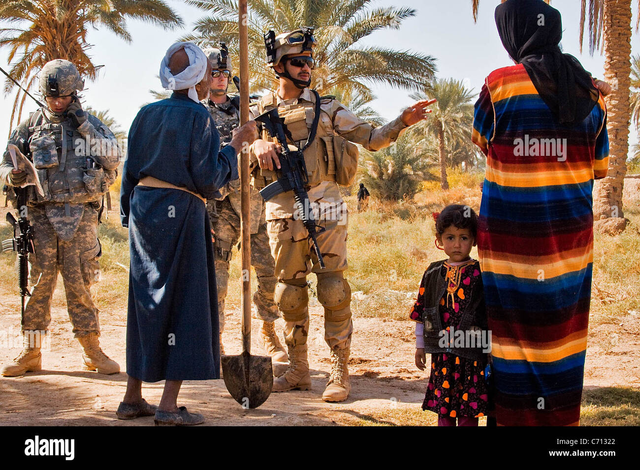 An Iraqi army soldier from the 34 IA Brigade, with support from Soldiers of 1st Air Cavalry Brigade, talks with - Stock Image