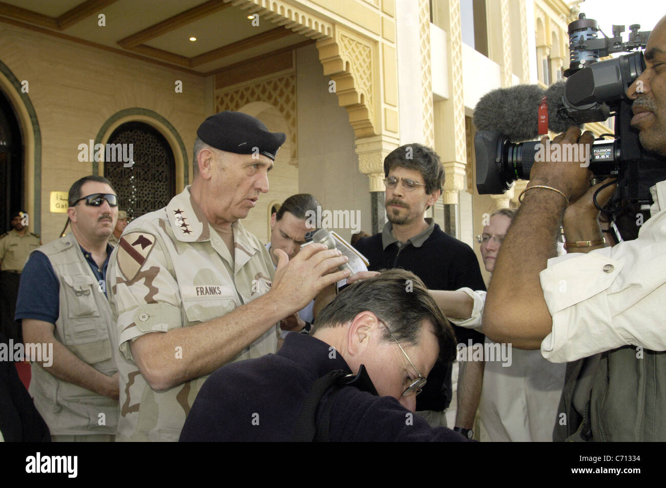 Army Gen. Tommy Franks, commander of U.S. Central Command, speaks with reporters outside a hotel in Abu Dhabi, United - Stock Image