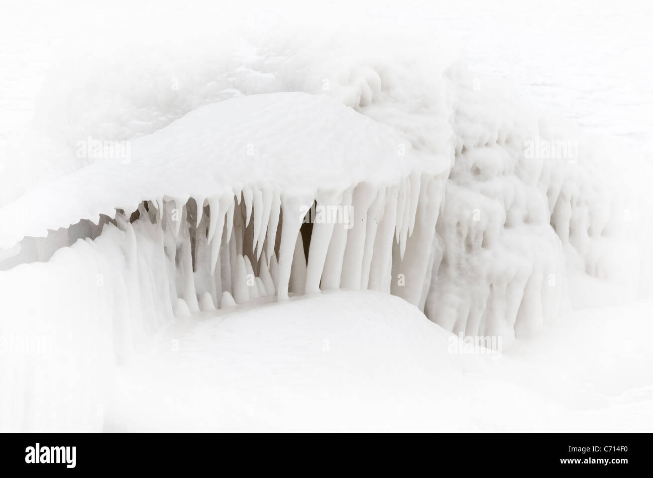 Ice forms around a breakwater on the shores of Lake Erie, Ontario - Stock Image