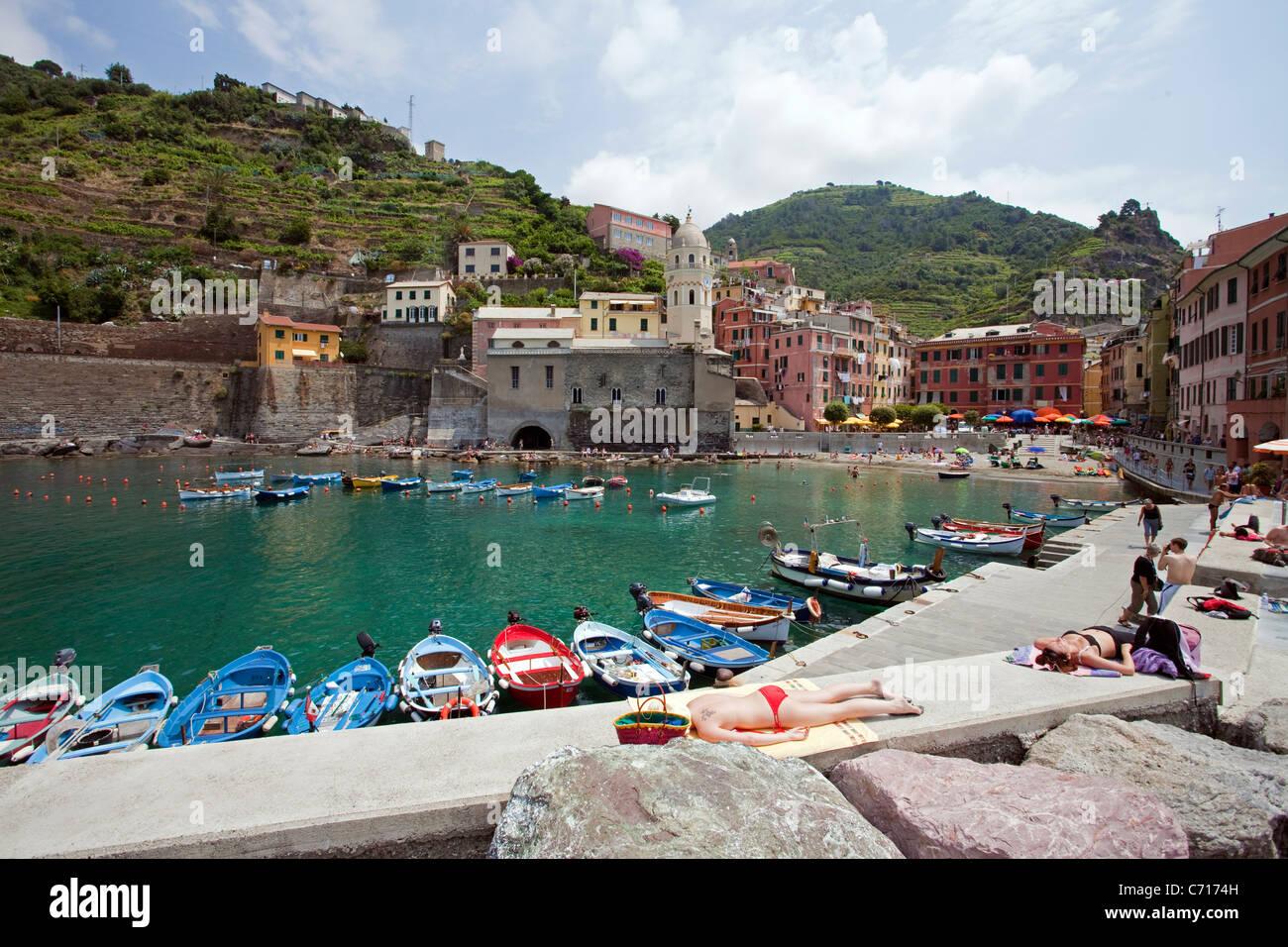 Sunbath at fishing village Vernazza, National park Cinque Terre, Unesco World Heritage site, Liguria di Levante, - Stock Image
