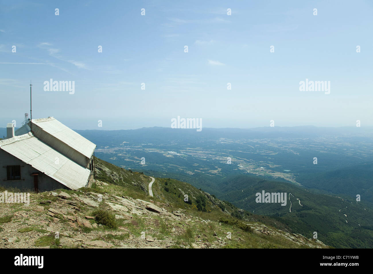 House resting on mountain top - Stock Image