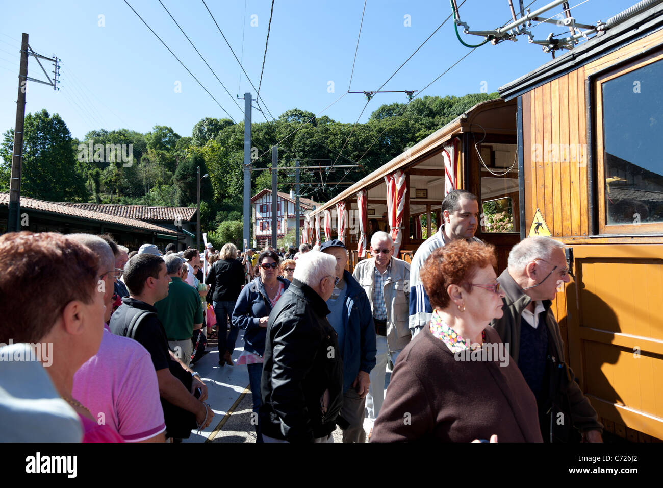 Boarding aboard the Rhune rack railway train (France). Embarquement à bord du train à crémaillère - Stock Image