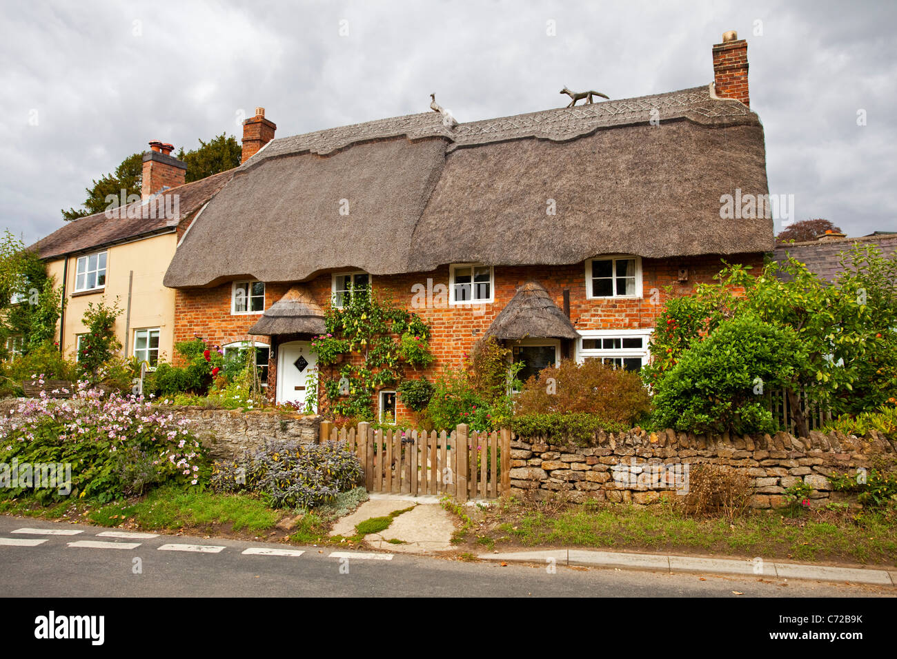 A Thatched cottage in Cropredy Oxfordshire UK - Stock Image
