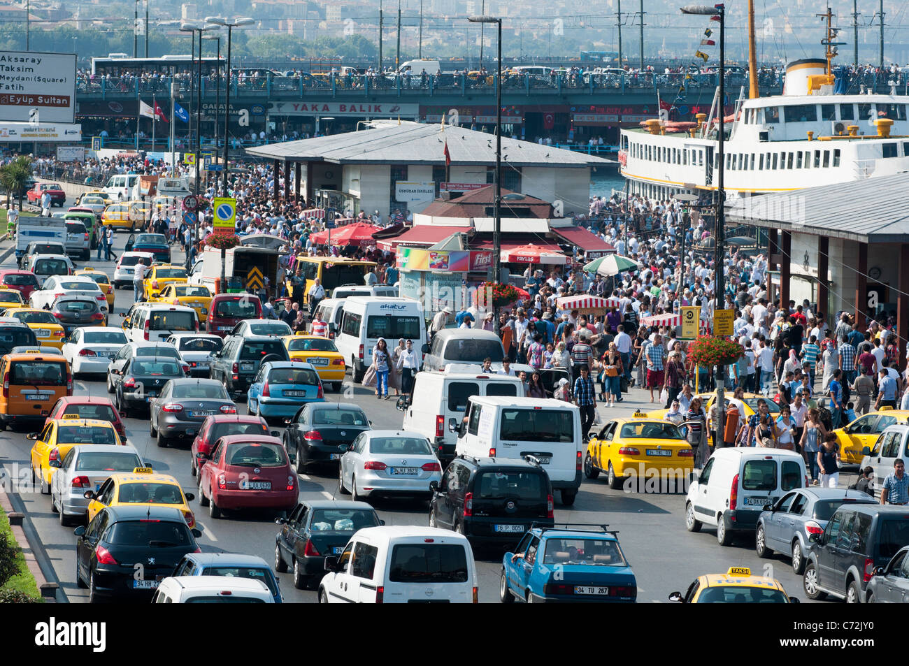Heavy traffic and crowds near the harbour on Ramadan in Istanbul. Turkey. - Stock Image