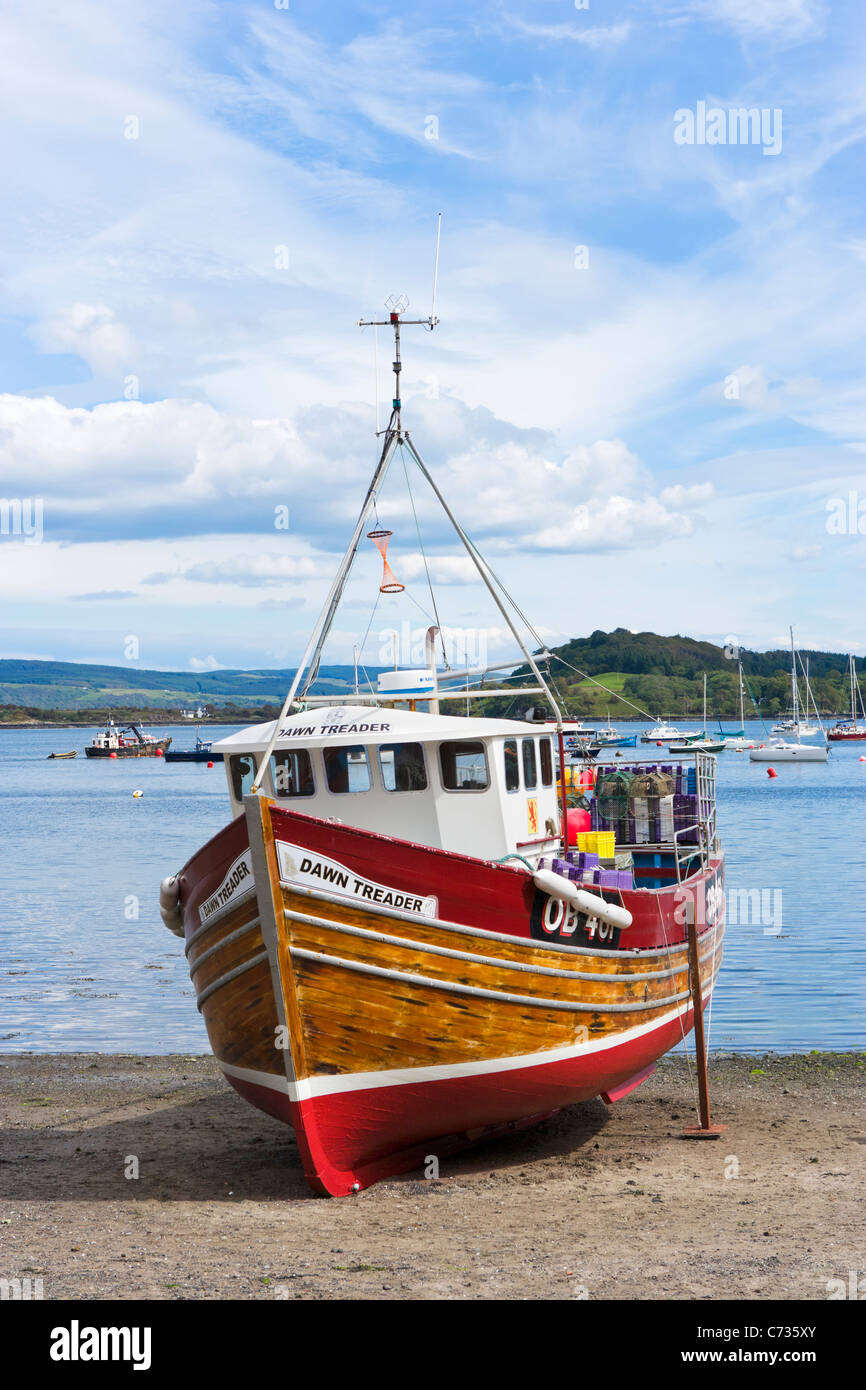 Fishing boat at low tide in the  fishing port of Tobermory on the Isle of Mull, Inner Hebrides, Argyll and Bute, - Stock Image