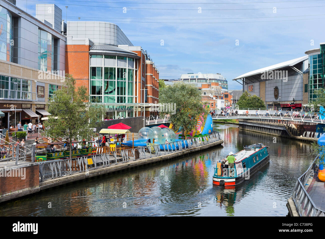 Shops and restaurants along the banks of the River Kennet in the Oracle Shopping Centre, Reading, Berkshire, England, - Stock Image