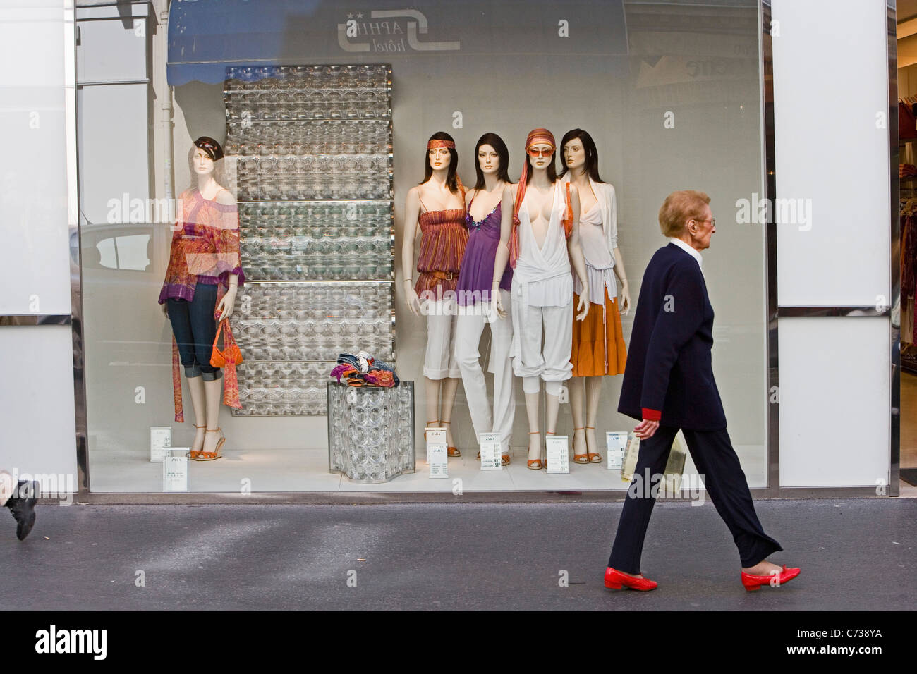 Passerby in front of the shop window of a boutique, Paris, France, Europe - Stock Image