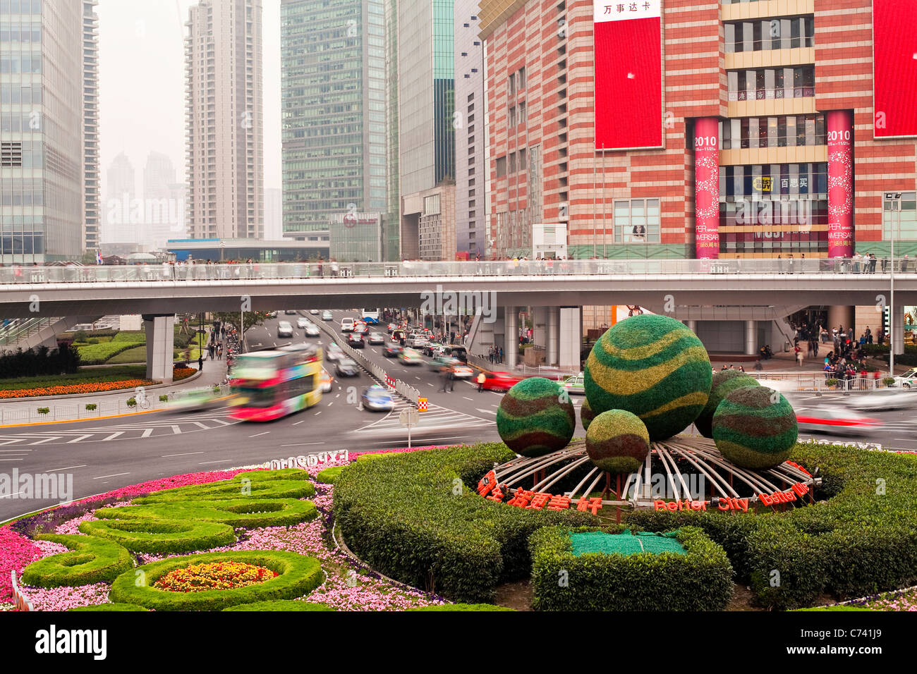 Spherical hedges in central island of roundabout, Century Avenue, Pudong, Shanghai, China - Stock Image