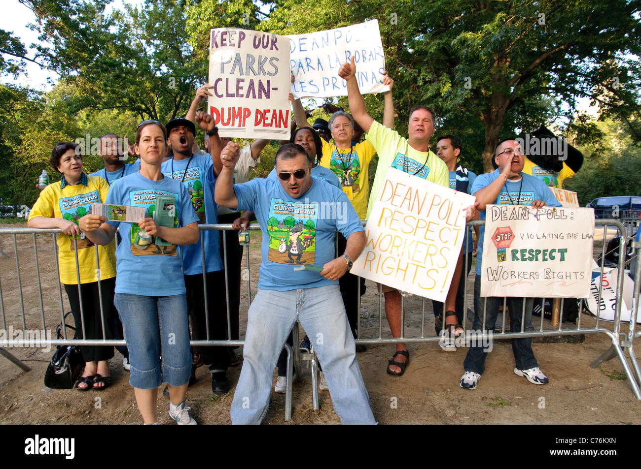 Central Park Boat House workers rallying accusing the restaurant's operator Dean Poll for running a 'sweatshop' - Stock Image