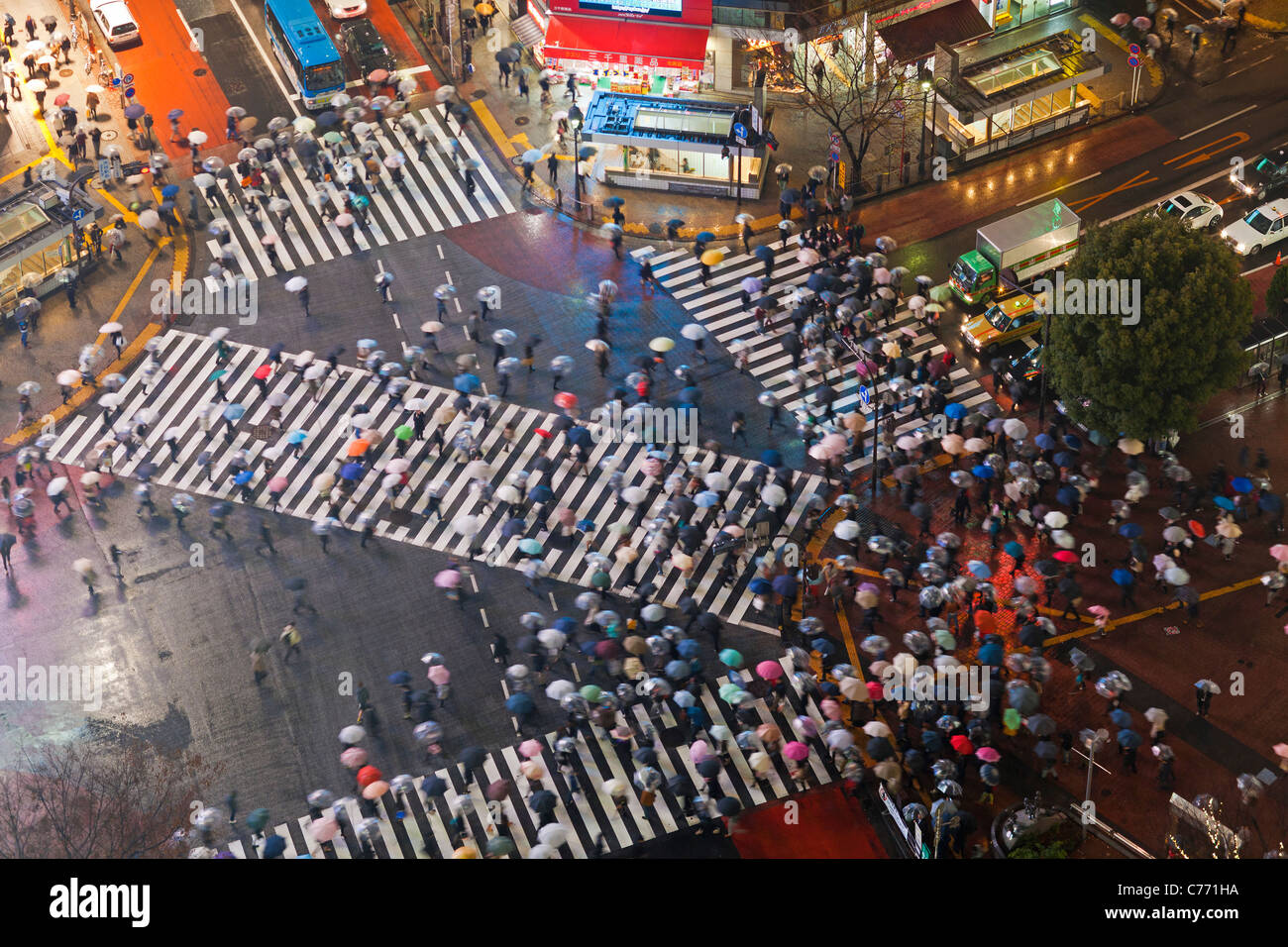 Asia, Japan, Tokyo, Shibuya, Shibuya Crossing - crowds of people crossing the famous crosswalks at the centre of Stock Photo