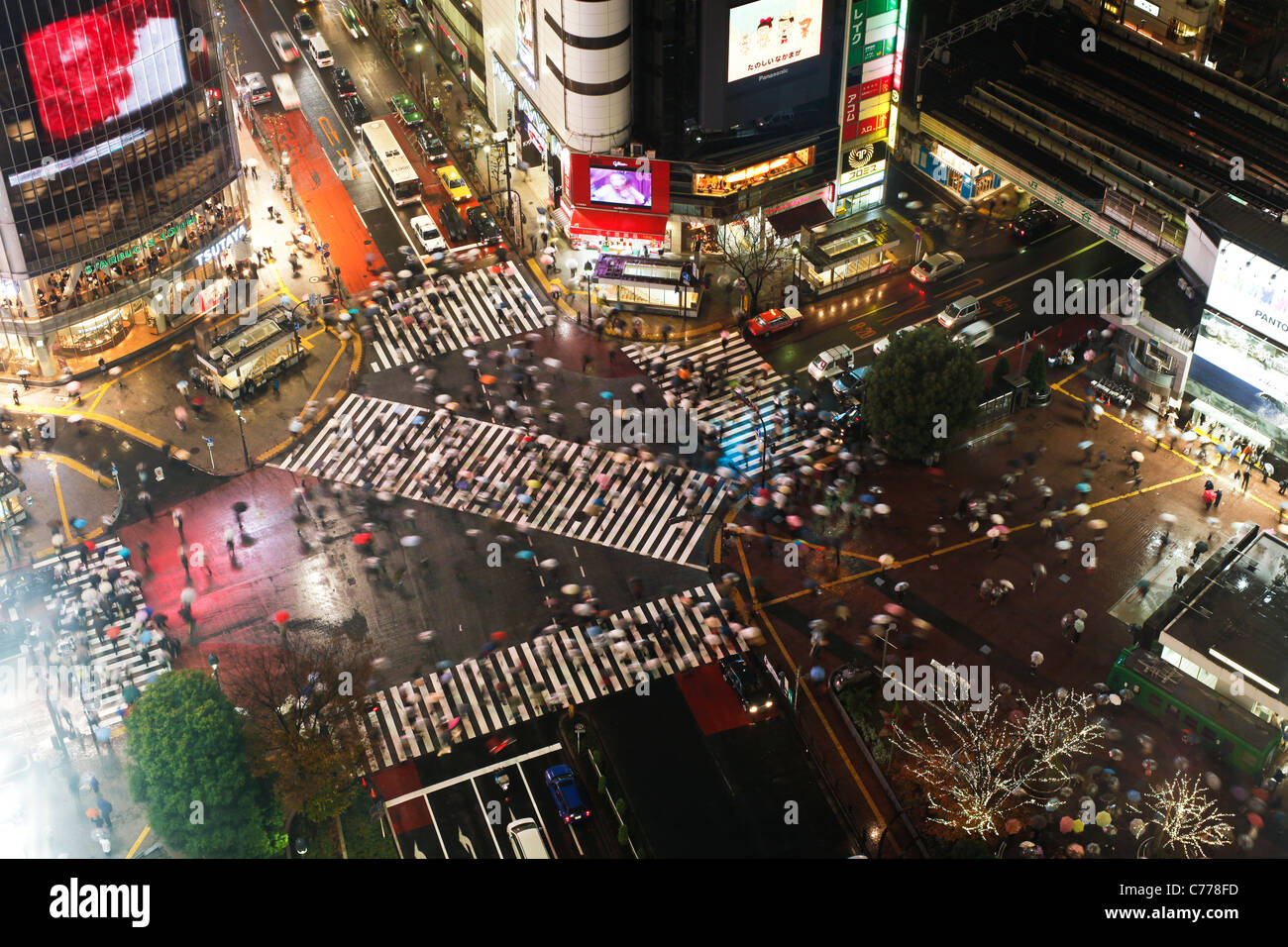 Asia, Japan, Tokyo, Shibuya, Shibuya Crossing - crowds of people crossing the famous crosswalks - Stock Image