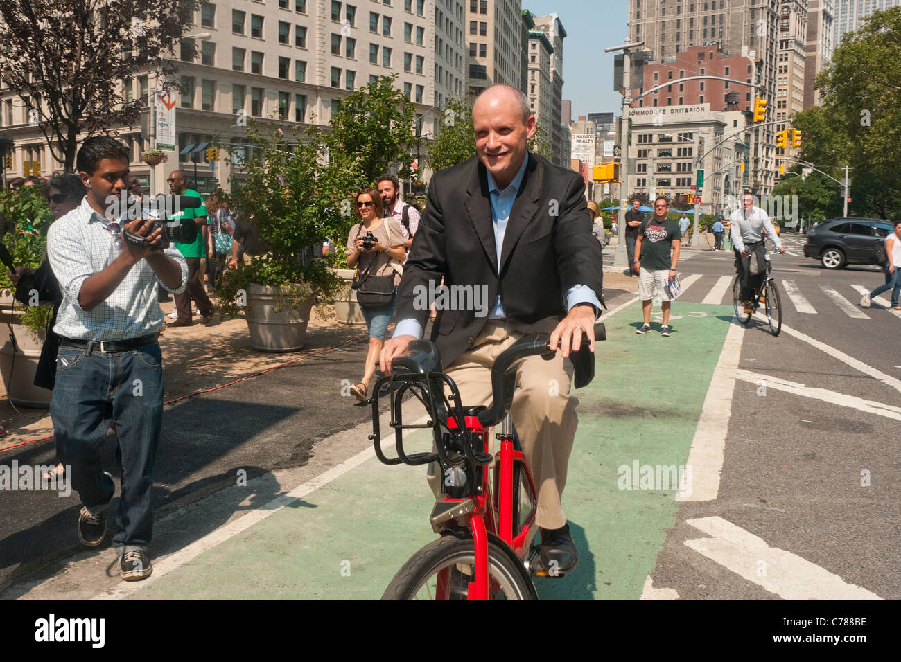 NYC Deputy Mayor Howard Wolfson riding a bike during a news conference on the City's new Bike Share program. - Stock Image