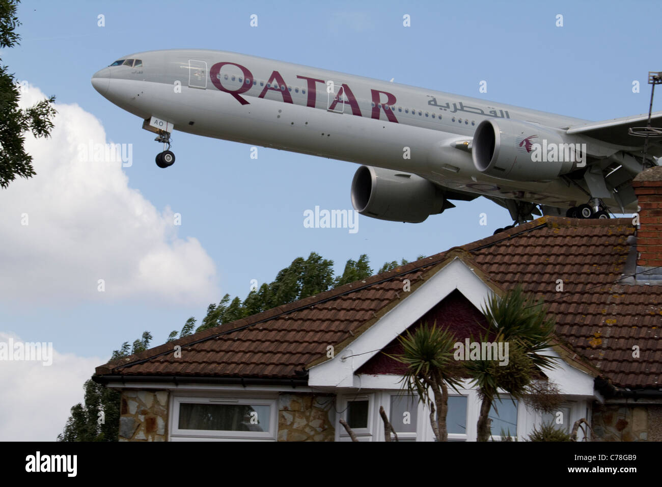 qatar airliner Low flying aircraft Heathrow airport approach - Stock Image