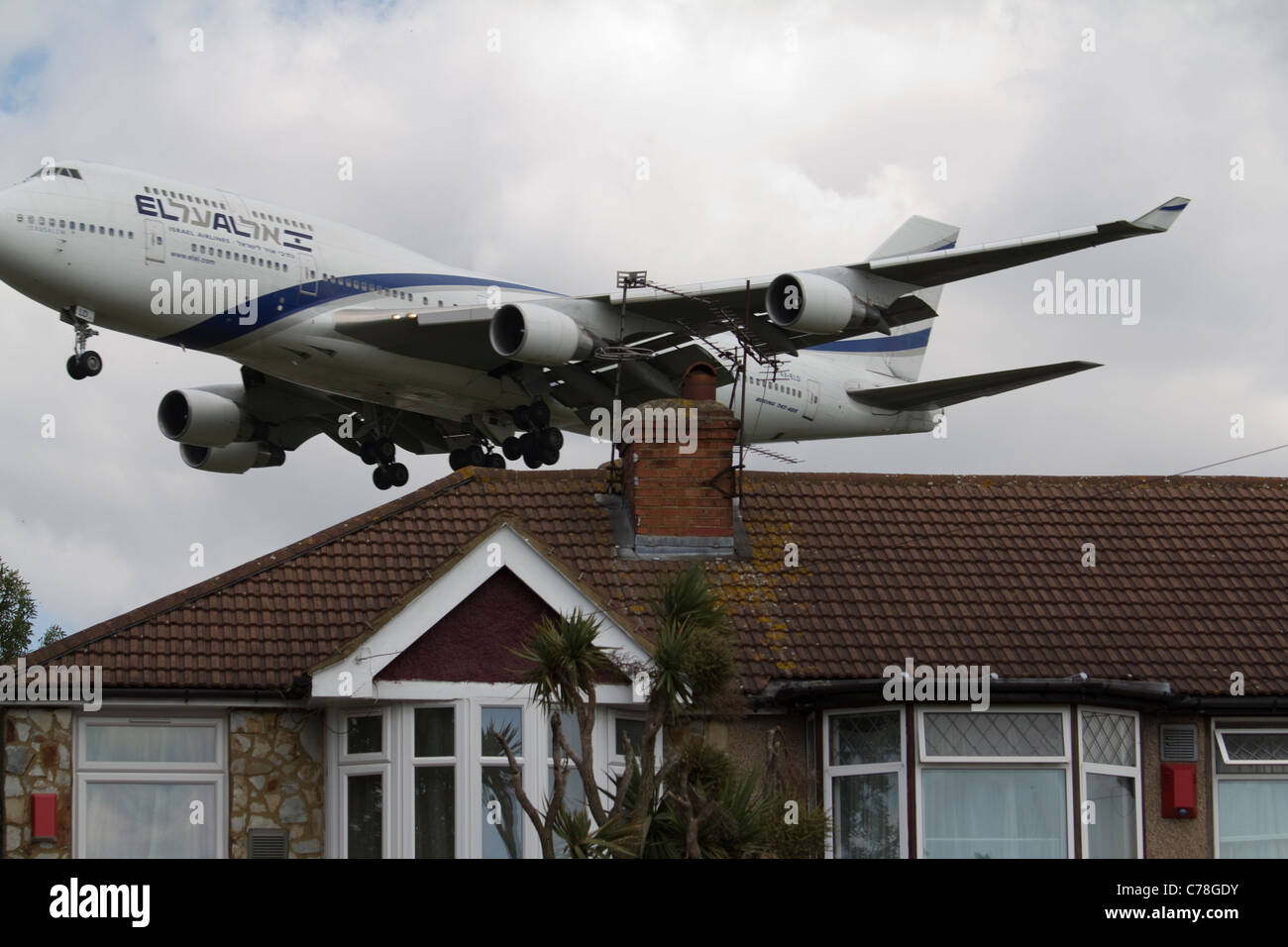elal el al israel airlines airliner Low flying aircraft Heathrow airport approach - Stock Image