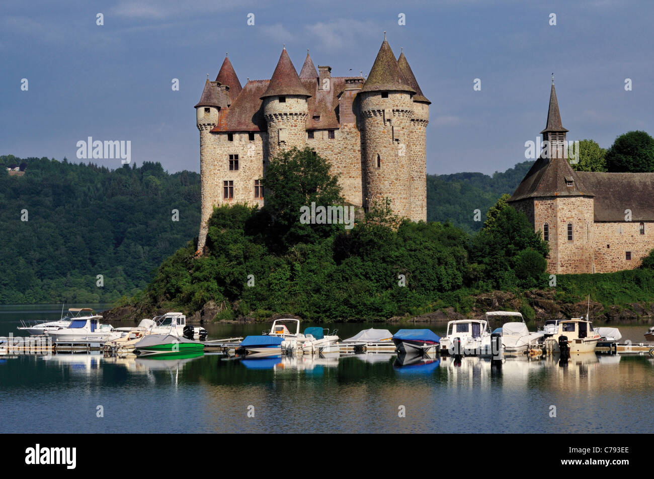 France, Auvergne: View to castle Chateau de Val and the barrage Bort-les-Orgues - Stock Image