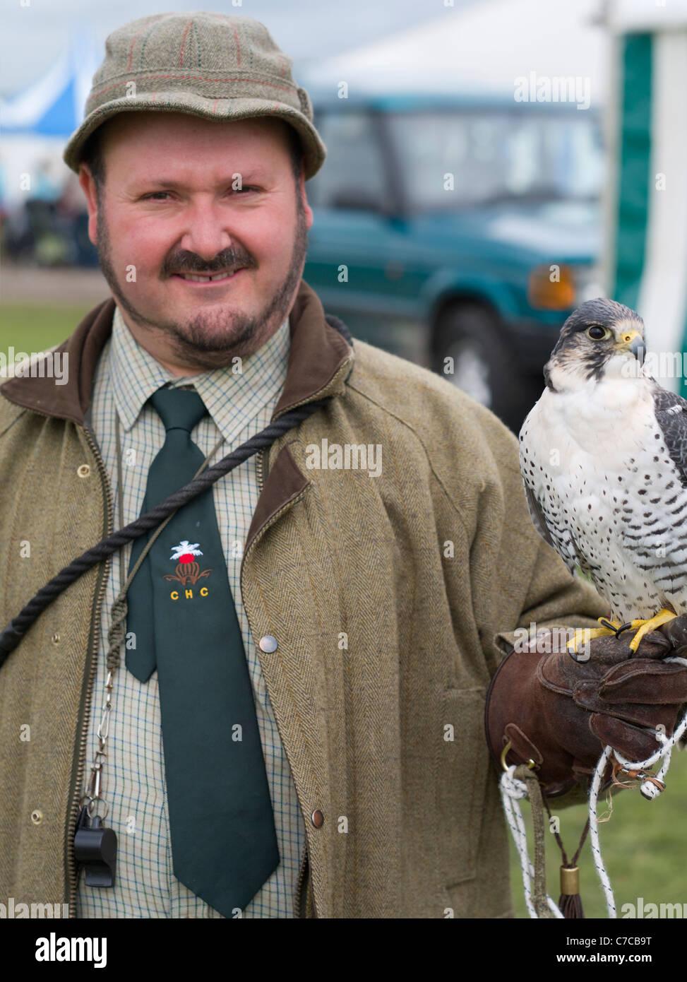 Cheshire Game & Country Fair - Falconry  Falconer: RICHARD NEWTON Bird: White Gyr Falcon x Peregrine Falcon - Stock Image
