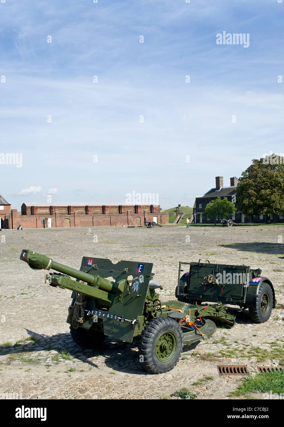 The Ordnance QF 25 pdr field gun inside Tilbury Fort in Essex - Stock Image