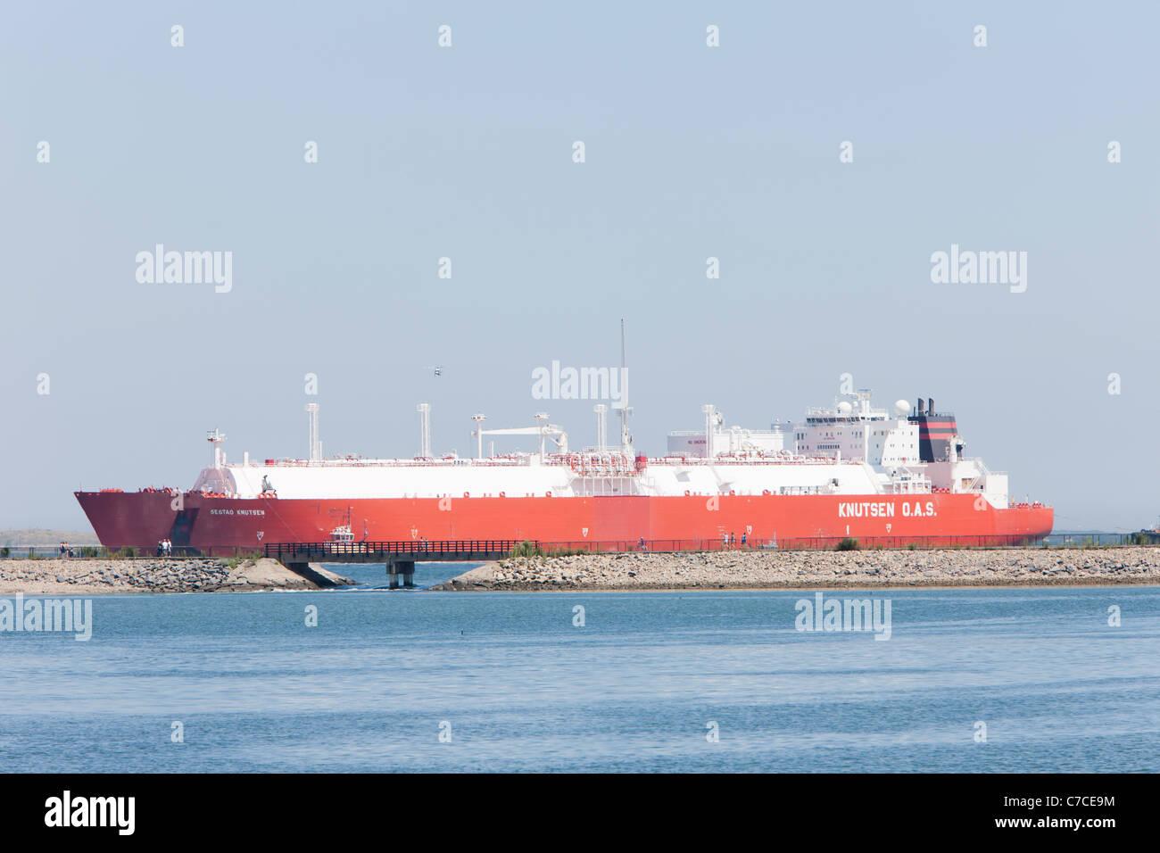 Knutsen OAS Shipping LNG tanker Sestao Knutsen enters Boston Harbor, passing the Pleasure Bay Loop Trail on Castle - Stock Image