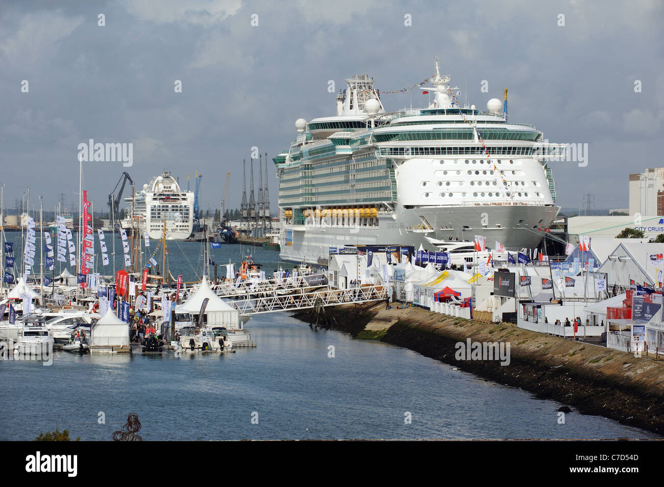 Southampton Boat Show 2011 floating pontoons form a marina providing 2kms of berthing for exhibitors boats - Stock Image