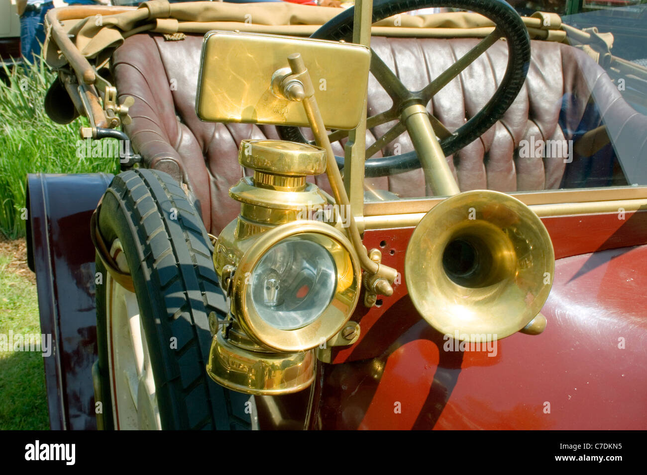 detail of vintage car with lamp and horn - Stock Image