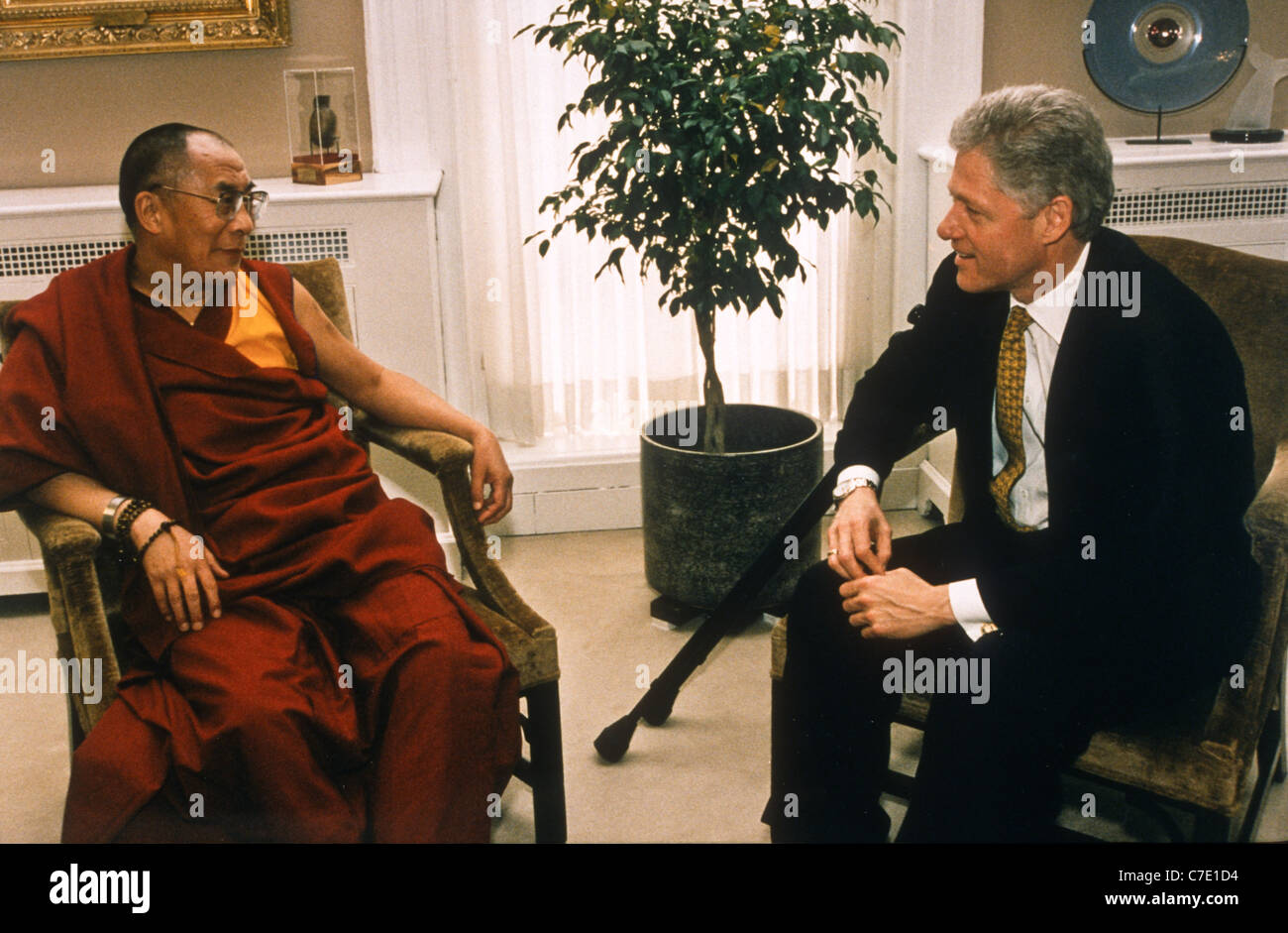 US President Bill Clinton with Tibetan spiritual leader the Dalai Lama in the White House April 24, 1997 In Washington, - Stock Image